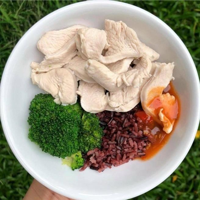 cơm gạo lứt với thịt luộc