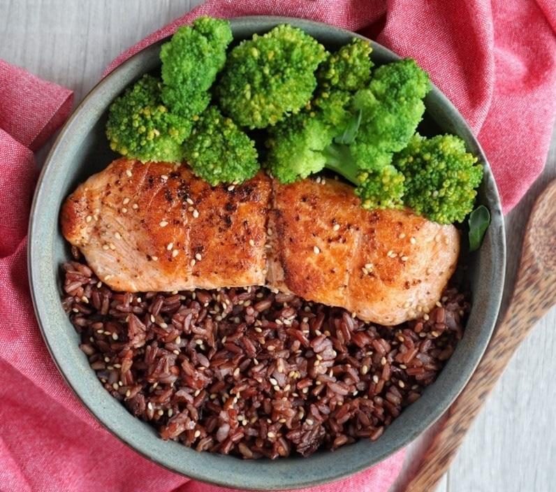 cơm gạo lứt với thịt nạc nướng