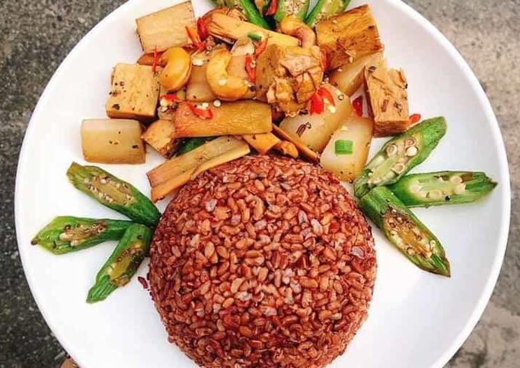 cơm gạo lứt xào với nấm
