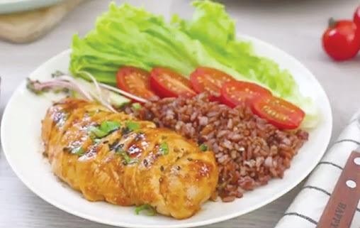 cơm gạo lứt với ức gà